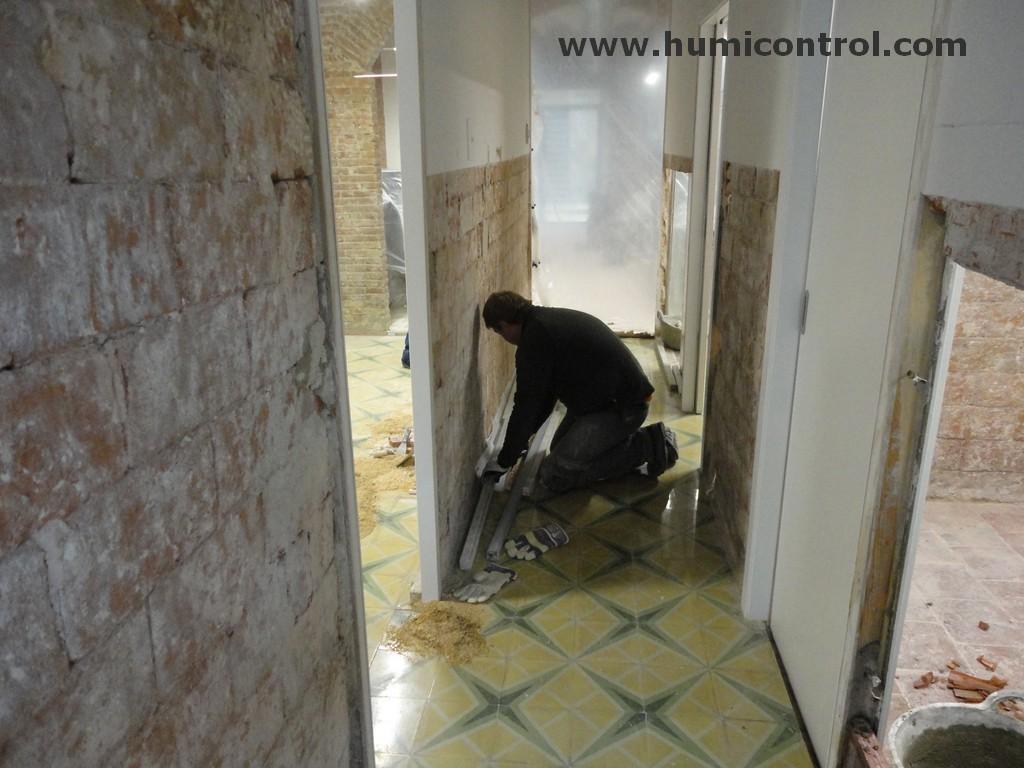 Repicado del yeso en el tratamiento de humedades en paredes